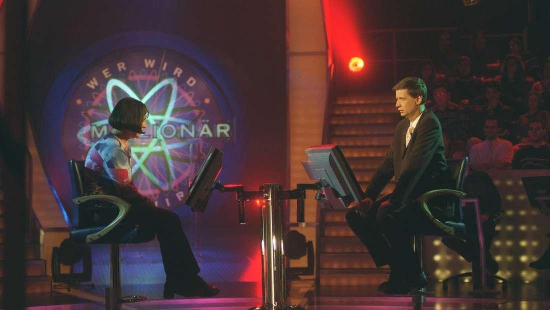 """Günther Jauch mit Kandidatin bei """"Wer wird Millionär"""" am 20.02.2001 in Köln"""