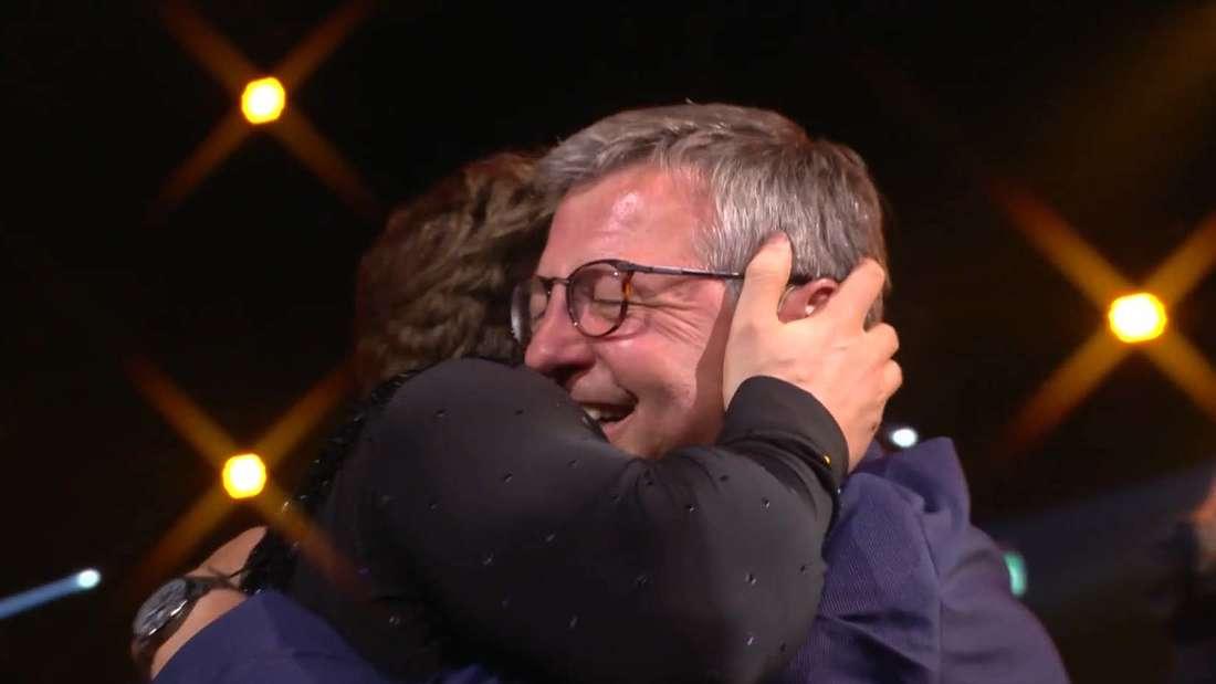 Nicolas Puschmann und sein Vater Wolfgang fallen sich nach dem vertanzten Coming Out in die Arme