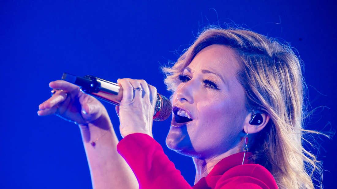 Helene Fischer sing in einem roten Kostüm.