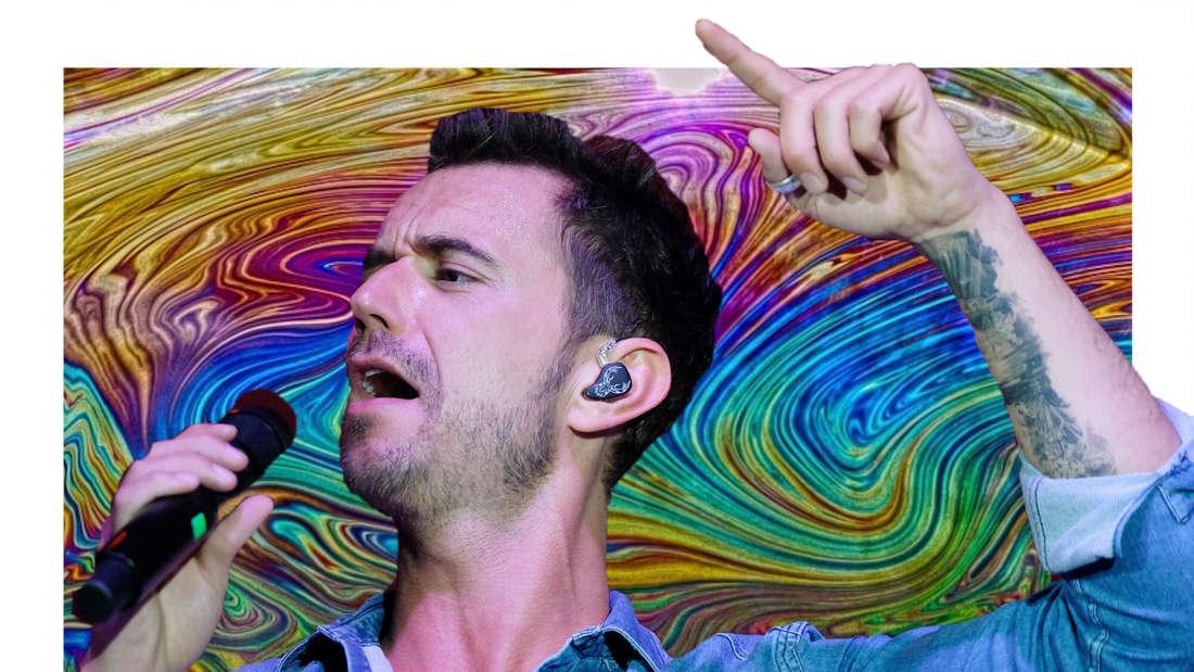 Florian Silbereisen singt, im Hintergrund verschwommene, bunte Farben. (Fotomontage)