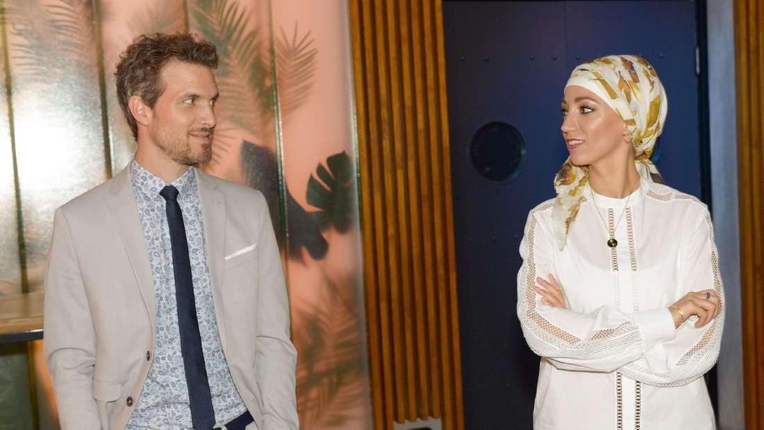 Nazan und Felix schauen sich an