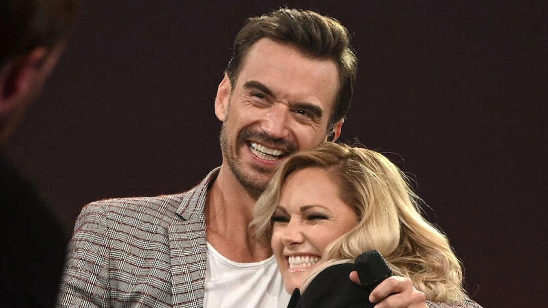 """Die Schlagersänger Florian Silbereisen und Helene Fischer umarmen sich herzlich während der ARD-Show """"Schlagerbooom 2019"""" auf der Bühne der Westfalenhalle."""