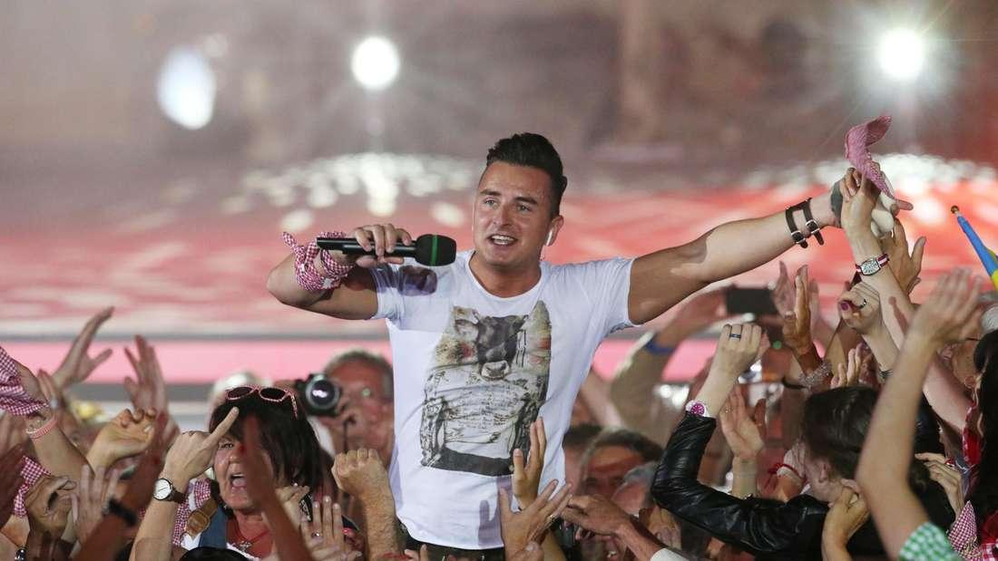 Andreas Gabalier inmitten seiner Fans bei einem Konzert