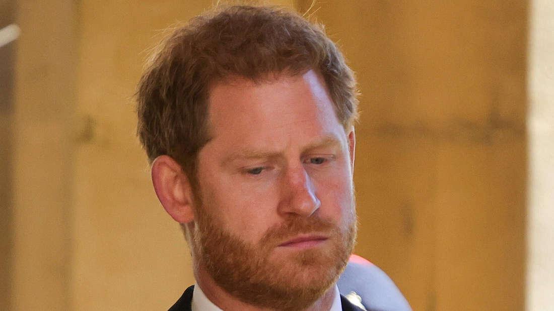 Prinz Harry blickt traurig nach unten