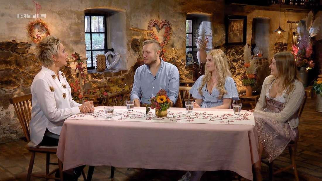 """Inka Bause, Patrick Romer, Antonia Hemmer und Julia sitzen gemeinsam am Tisch beim Finale von """"Bauer sucht Frau"""""""