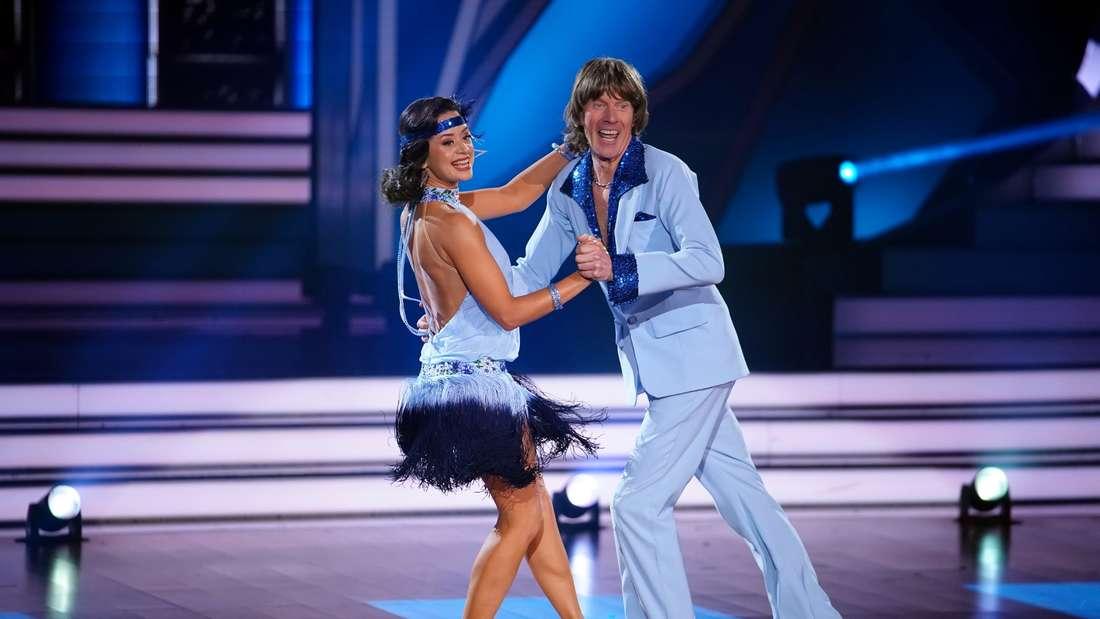 Mickie Krause und Malika Dzumaev tanzen
