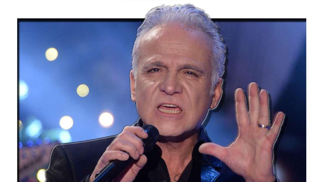 Nino de Angelo singt in ein Mikrofon und hebt die Hand (Fotomontage)