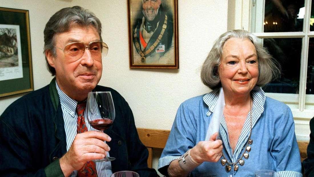 Peter Alexander und Hilde sitzen gemeinsam am Tisch und trinken Wein. Foto von 1996.