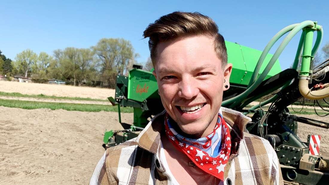 Peter vor einem Traktor