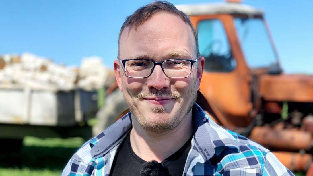 Andy vor einem Traktor