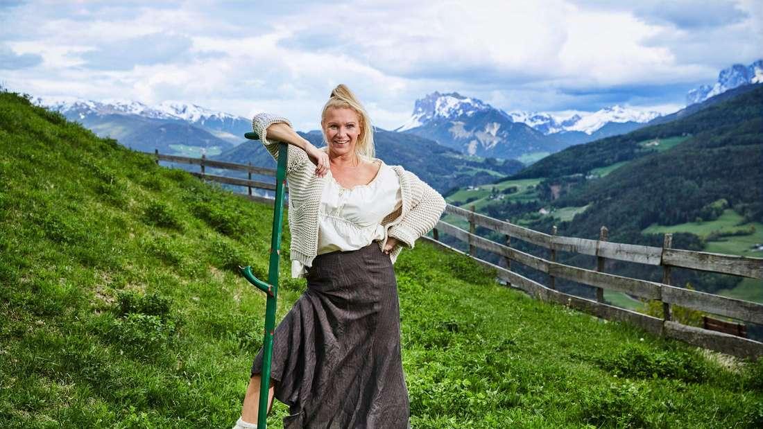 Magdalena Bresza steht auf einer Weide