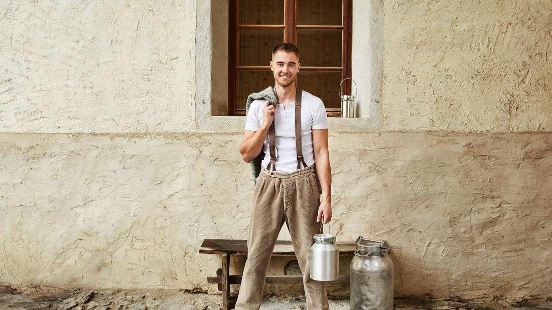 Aaron Hundhausen steht vor der Alm-Hütte