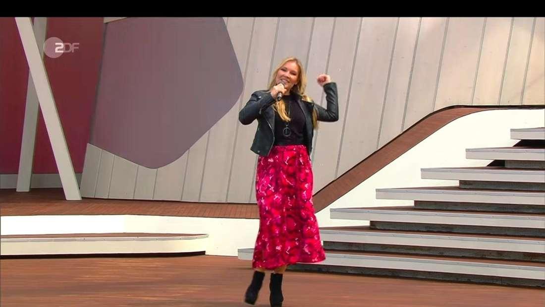 Schlager-Newcomerin Vivien Gold auf der ZDF-Fernsehgarten-Bühne am 23. Mai 2021