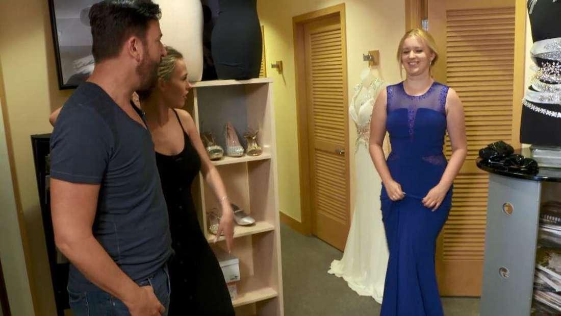 """Gemeinsam mit ihrem Vater und """"Stiefmutter"""" Laura Müller geht Adeline Norberg für die Hochzeit shoppen."""