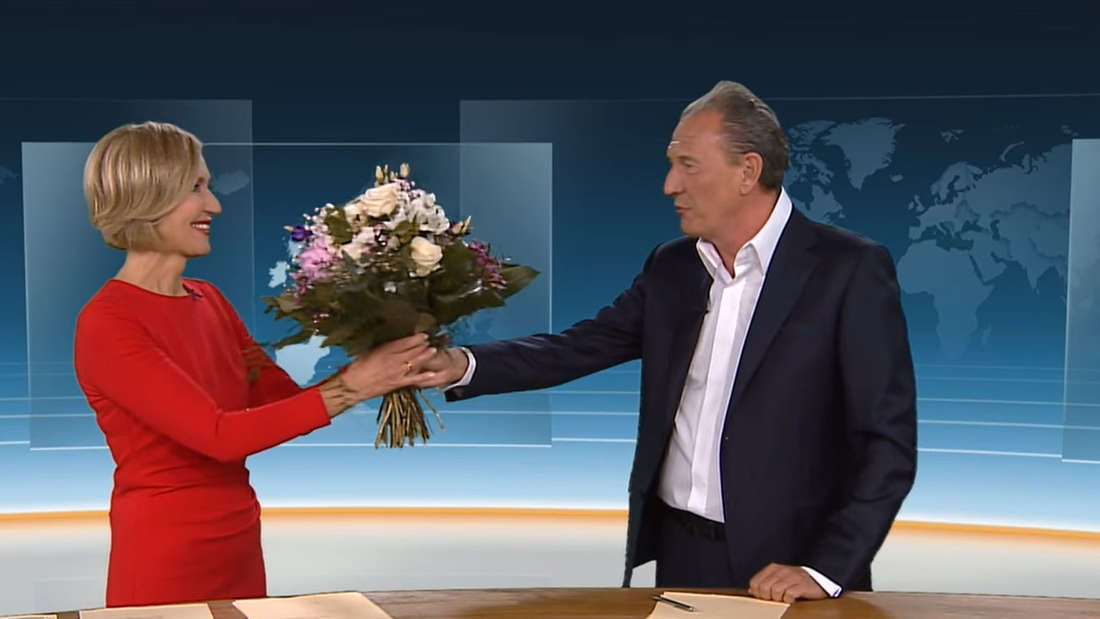 Petra Gerster bekommt von Norbert Lehmann einen Blumenstrauß überreicht