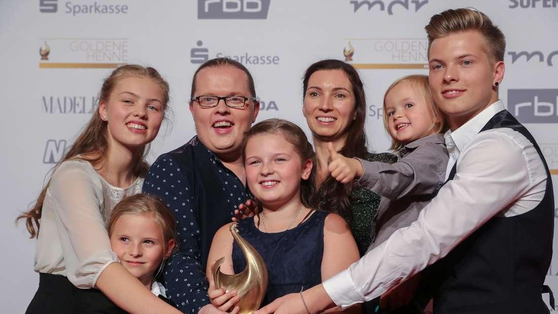 Angelo Kelly mit seiner Familie auf dem roten Teppich bei einer Gala
