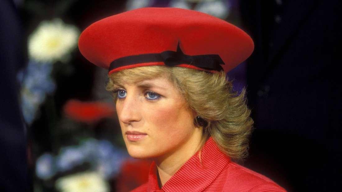 Prinzessin Diana blickt leicht traurig