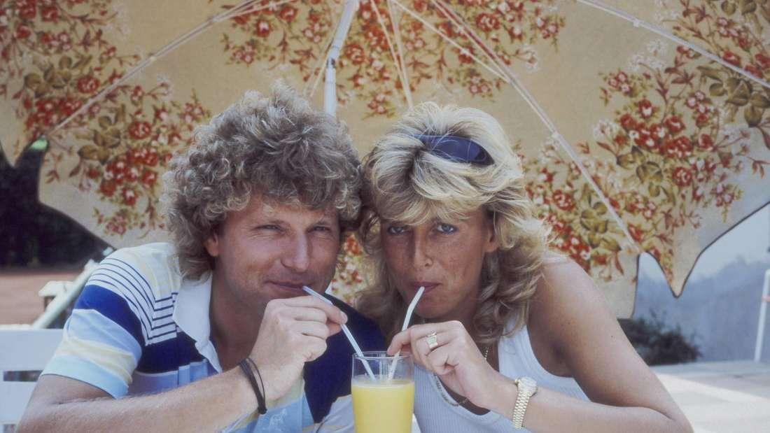 Ein älteres Bild von Bernhard Brink und Ute Clemens, die mit zwei Strohhalmen aus einem Glas trinken.