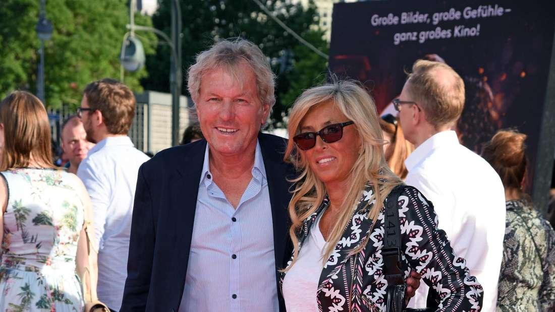 Bernhard Brink und seine Frau posieren auf dem roten Teppich