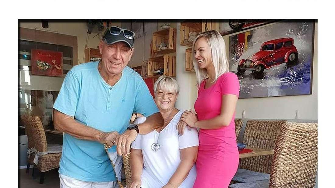 Norbert und Birgit Bebensee strahlen gemeinsam mit ihrer Tochter in die Kamera (Fotomontage)