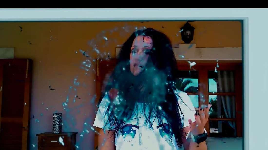 Antonia aus Tirol wird von einem Mann gegen eine Glasscheibe geschlagen - bis das Glas zerspringt und sie blutet