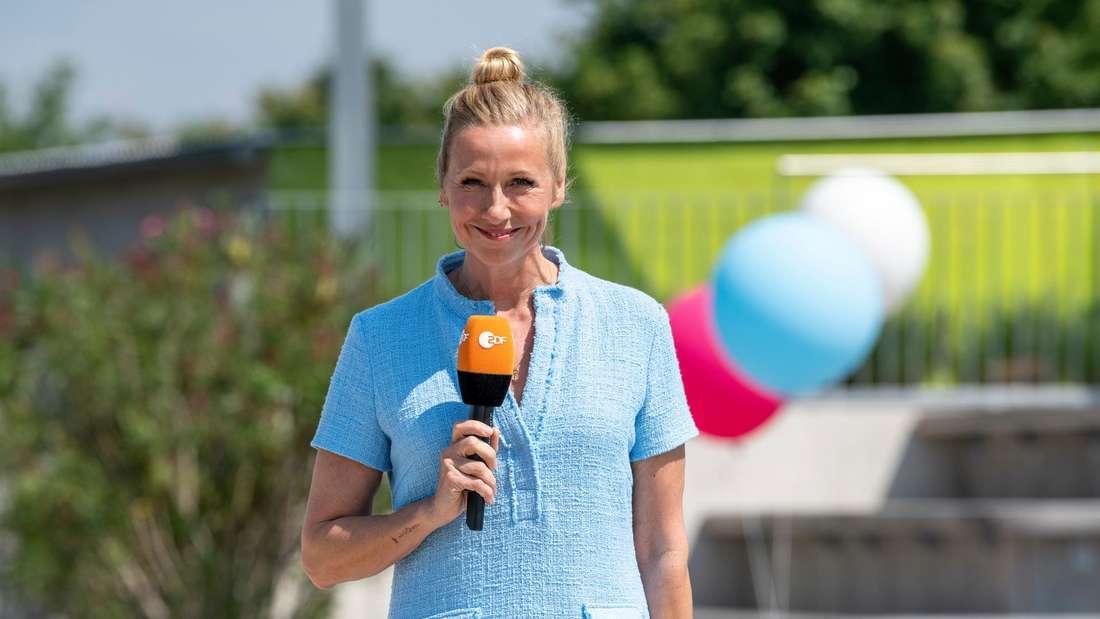 ZDF-Fernsehgarten: Andrea Kiewel hält ein Mikrofon in der Hand.