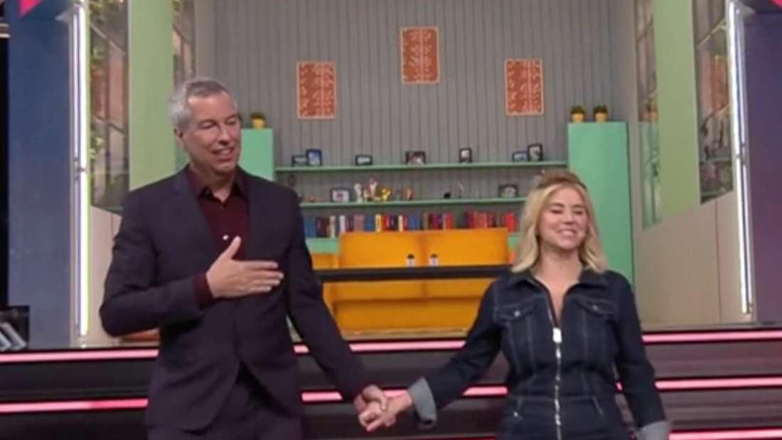 Beatrice Egli und Thomas Hermanns halten sich in der TV-Show an den Händen