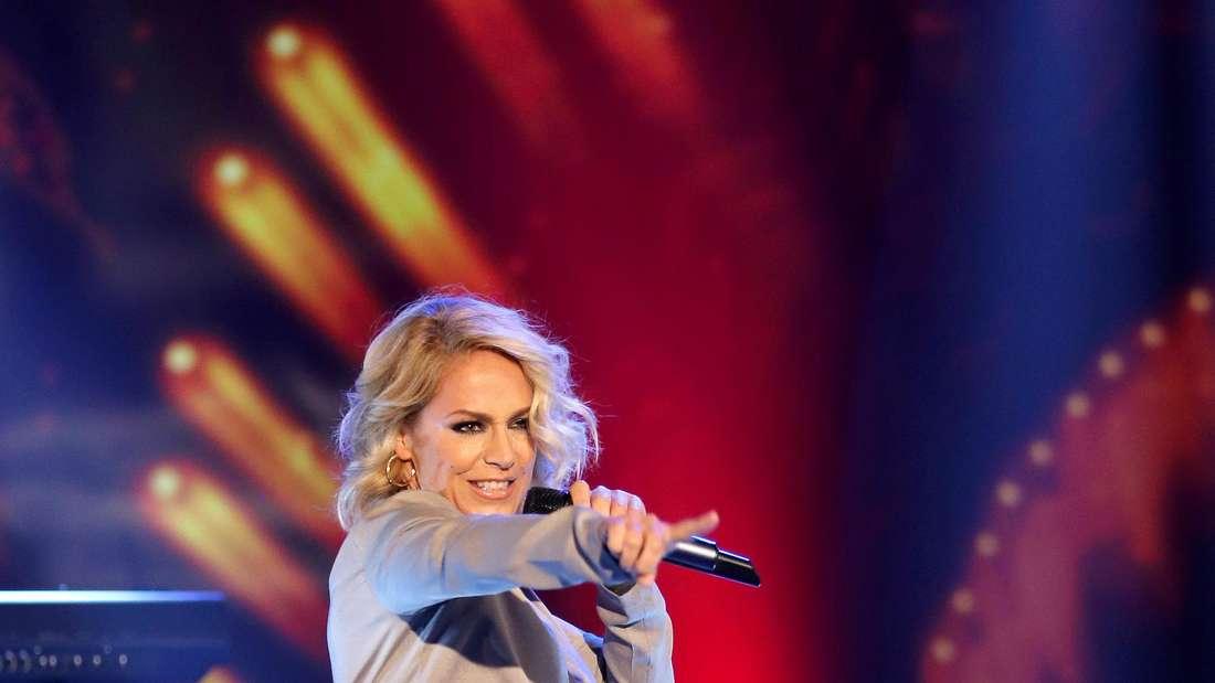 Michelle tanzt und singt auf einer TV-Bühne