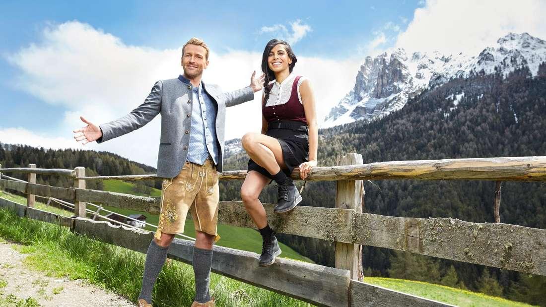Collien Ulmen Fernandes und Christian Düren sind in den Bergen und tragen bayerische Tracht.