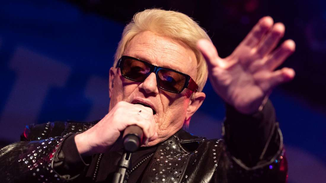 Schlagersänger Heino singt auf der Bühne in schwarzen Klamotten und Brille