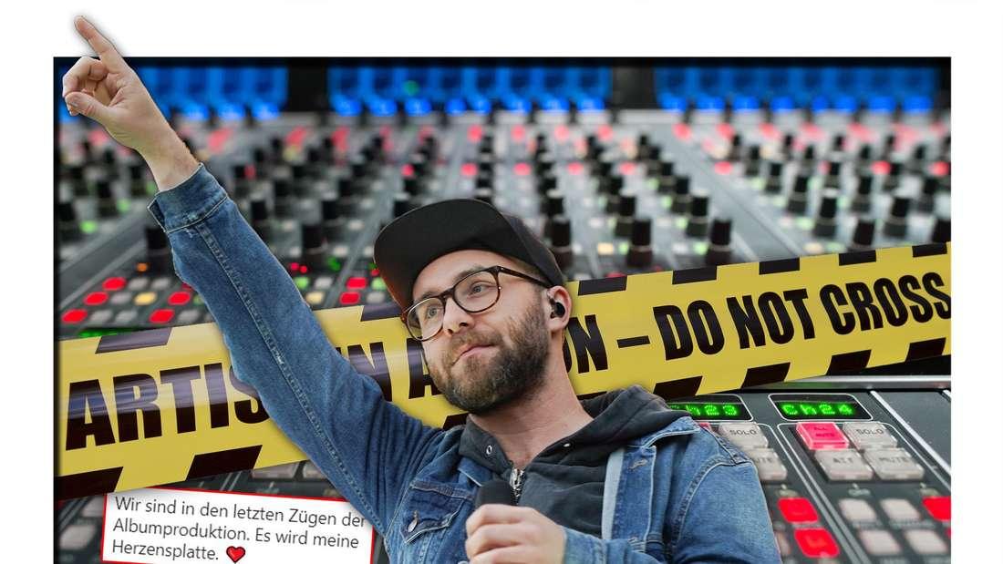 Der Popsänger Mark Forster steht vor gelbem Absperrband und einem Mischpult in einem Tonstudio (Fotomontage)