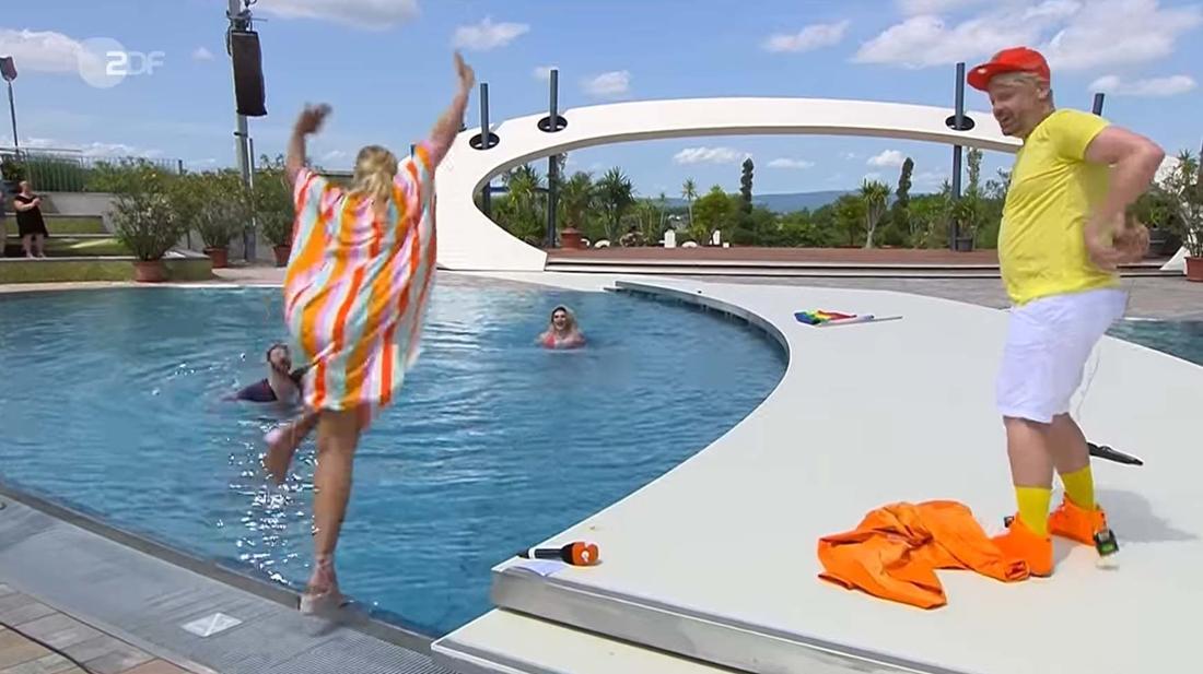 Andrea Kiewel springt beim ZDF-Fernsehgarten in den Pool