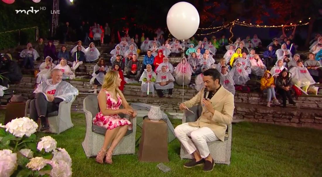 """Stefanie Hertel und Giovanni Zarrella bei """"Die Gartenparty der Stars"""". Der Schlagersänger unterschreibt eine persönliche Nachricht und lässt sie an einem Luftballon fliegen"""