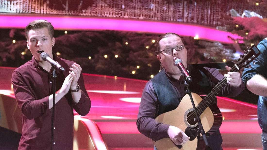 Angelo Kelly & Gabriel Kelly stehen gemeinsam auf der Bühne