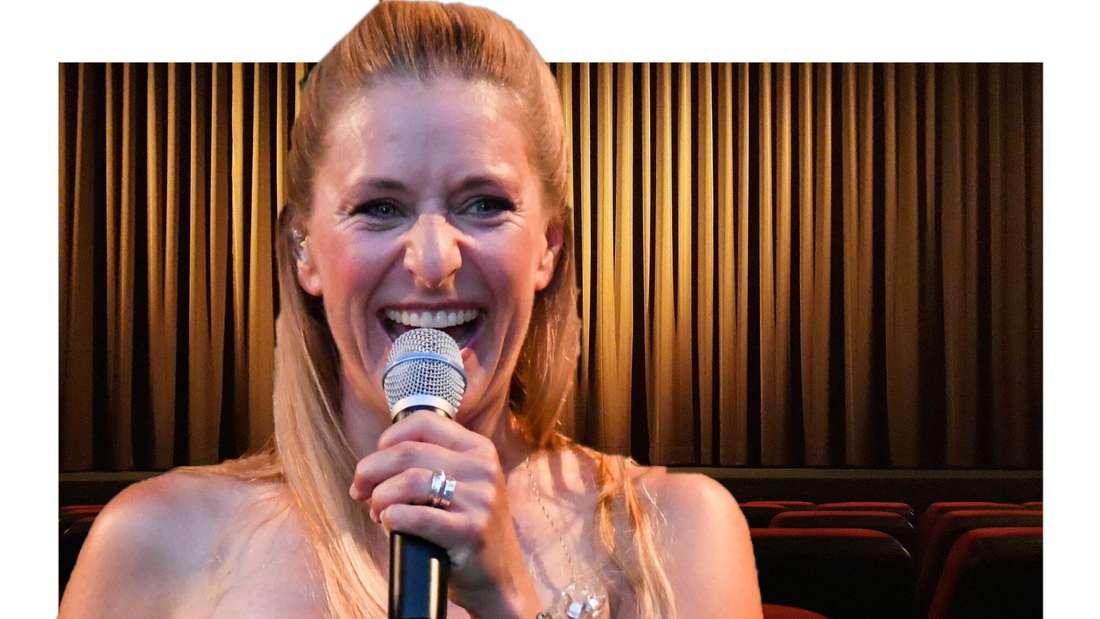 Stefanie Hertel, lachend vor einer Theaterbühne. (Fotomontage)