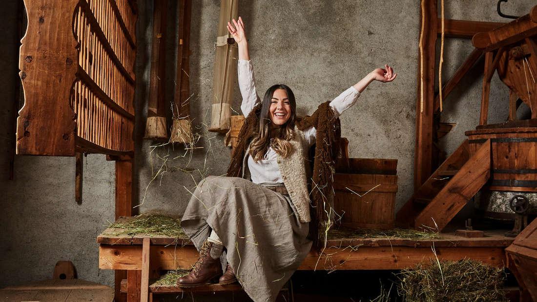 Katharina Eisenblut sitzt in einer Scheune