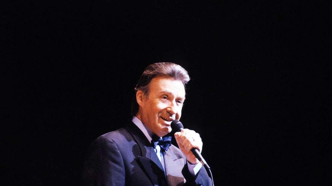 Peter Alexander singt auf der Bühne im  Berliner Friedrichstadtpalast
