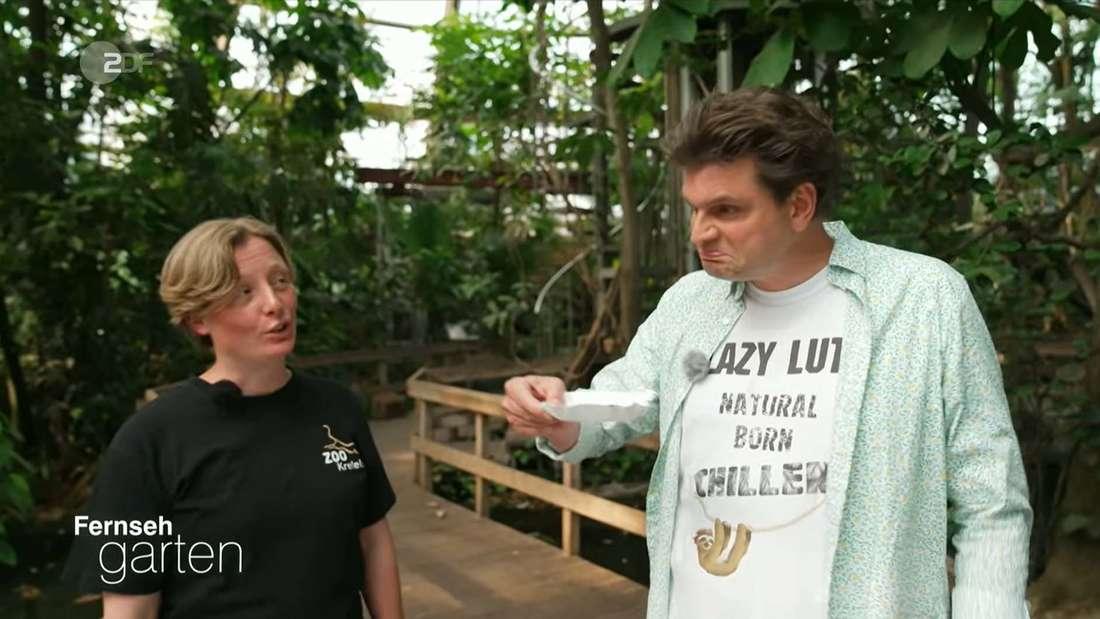 Lutz van der Horst macht beim Kotquiz den Geruchstest