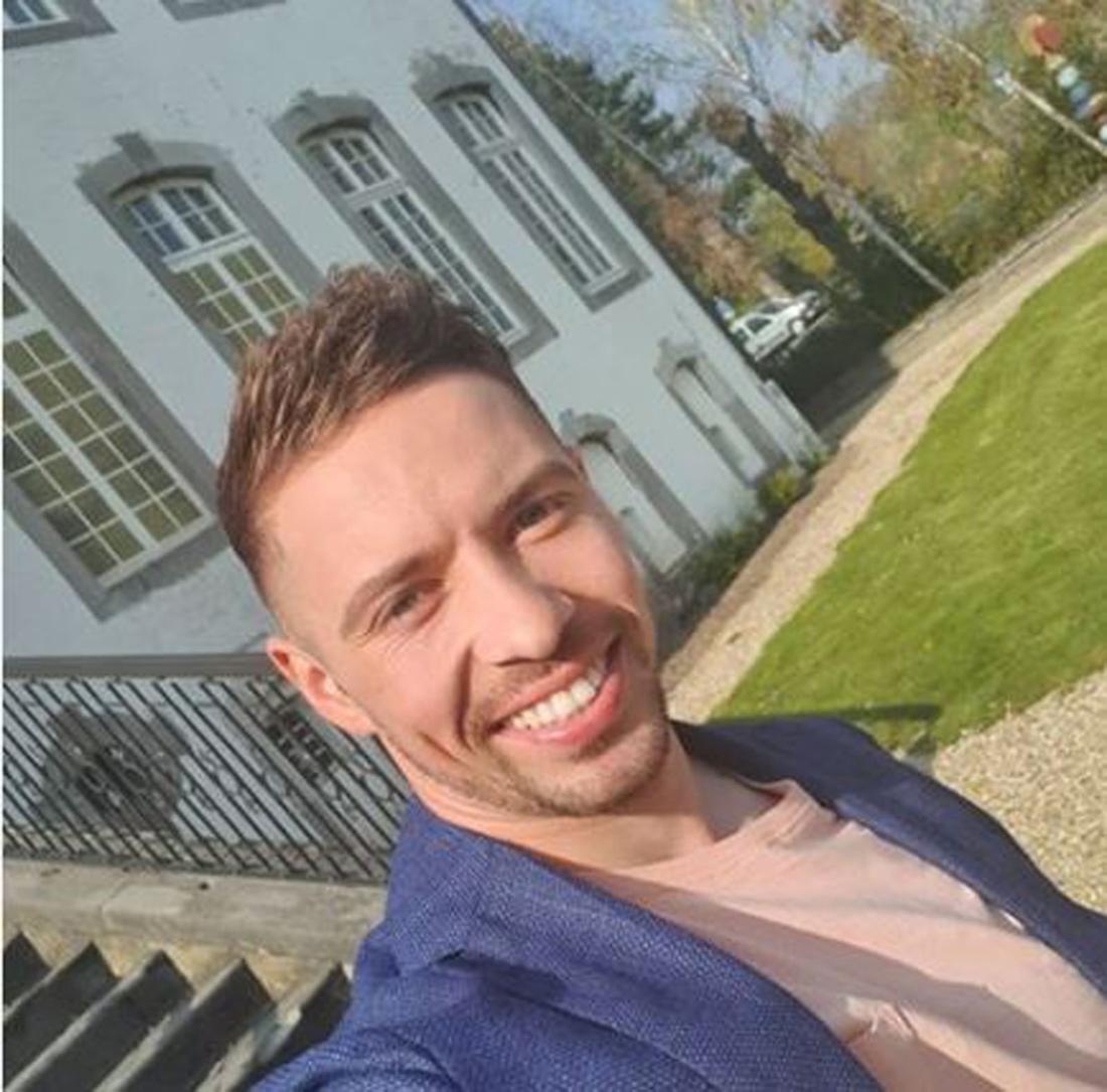 Ramon Roselly macht ein Selfi im Garten