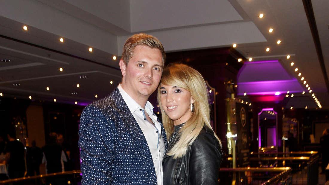 Annemarie Eilfeld mit Freund Tim Sandt bei einer Gala. Beide umarmen sich leicht.
