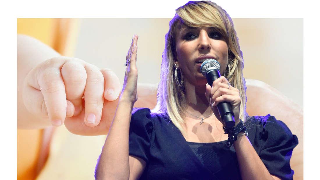 Annemarie Eilfeld, im Hintergrund eine Baby-Hand, die einen Finger greift. (Fotomontage)