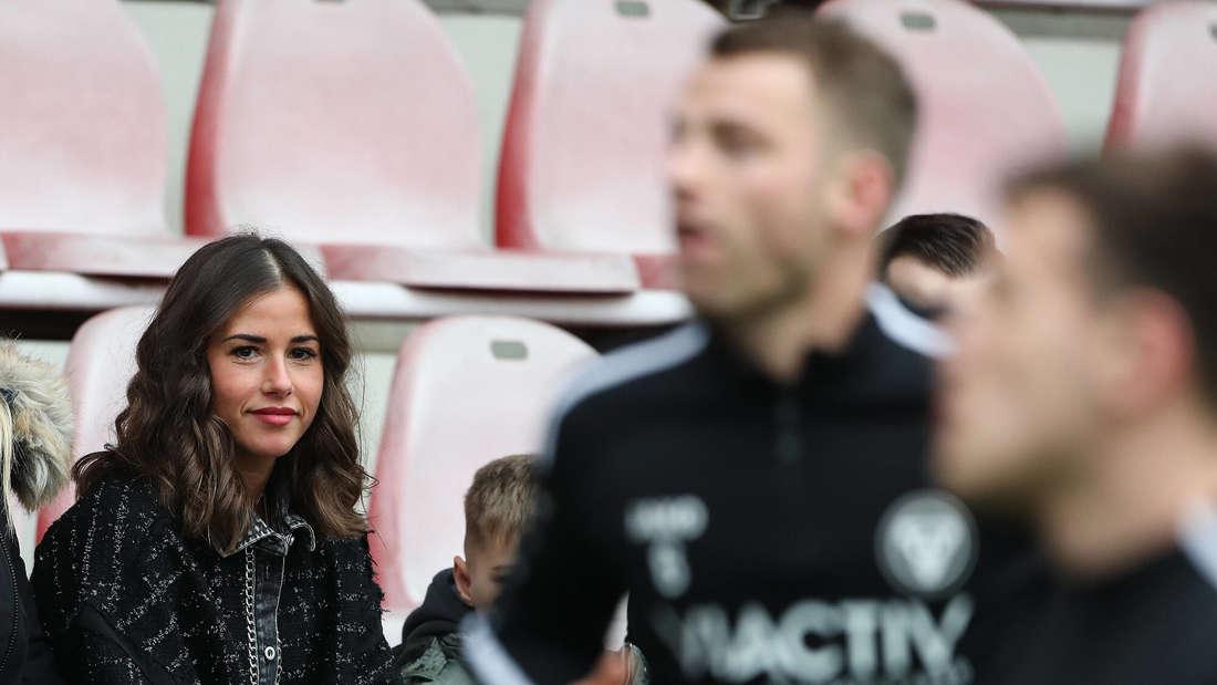 Sarah Engels schaut bei einem Fußballspiel ihres Mannes Julian zu.