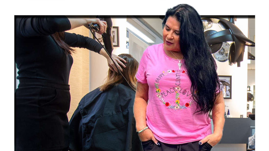 Iris Klein schaut seitlich in die Kamera, dahinter ist ein Friseursalon zu sehen (Fotomontage)