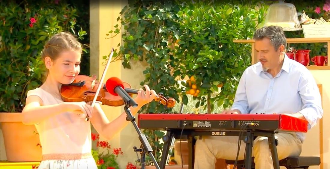 """Die 10-Jährige Charlotte spielt Geige auf der """"Immer wieder sonntags""""-Bühne am 11. Juli 2021"""