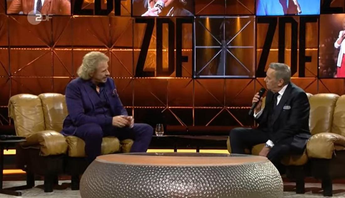 Thomas Gottschalk und Schlagersänger Roland Kaiser sitzen bei der ZDF-Hitparade