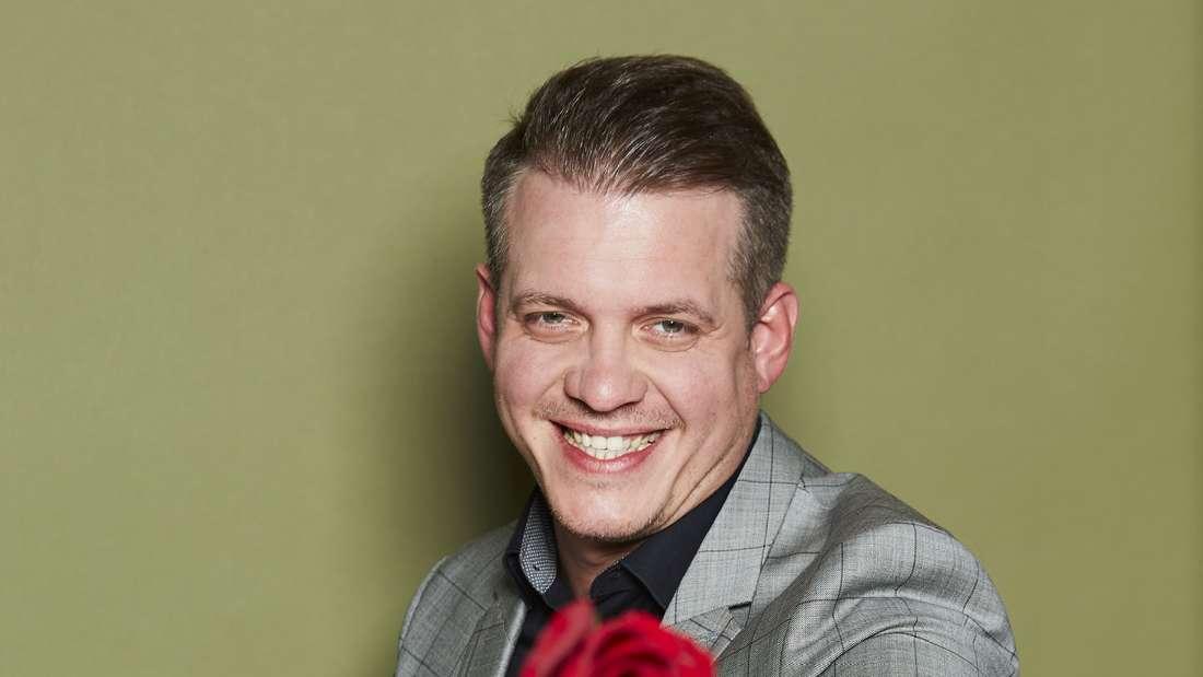 Die Bachelorette: Kandidat Gustav hält eine Rose in der Hand.