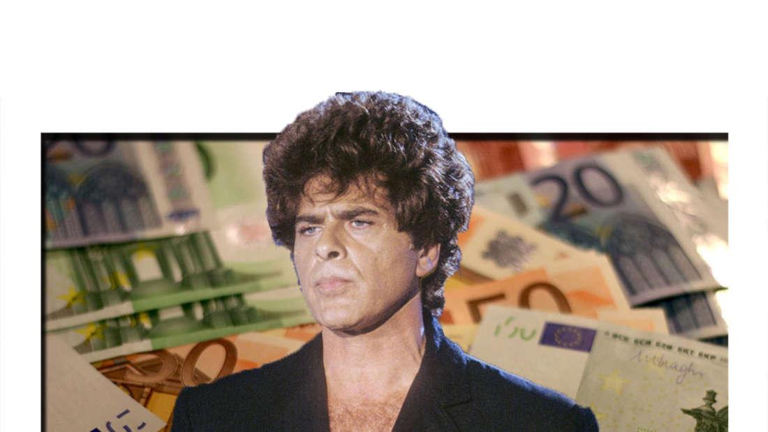 Ricky Shayne hält ein Mikro in der Hand und schaut traurig aus, im Hintergrund Geldscheine. (Fotomontage)
