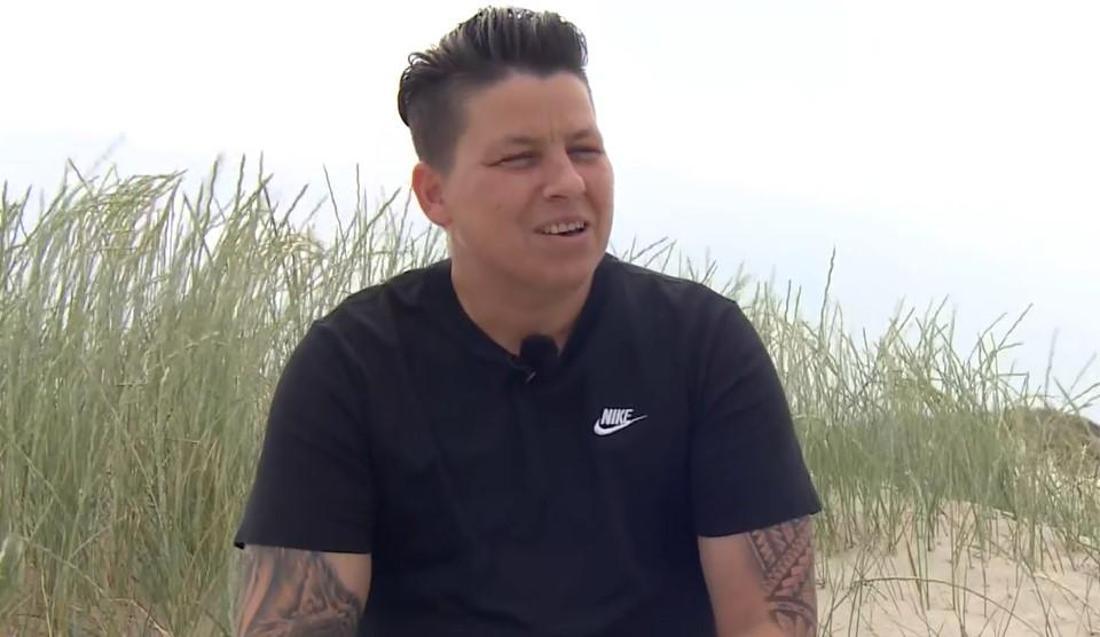 Schlagerstar Kerstin Ott sitzt am Strand und gibt ein RTL-Interview