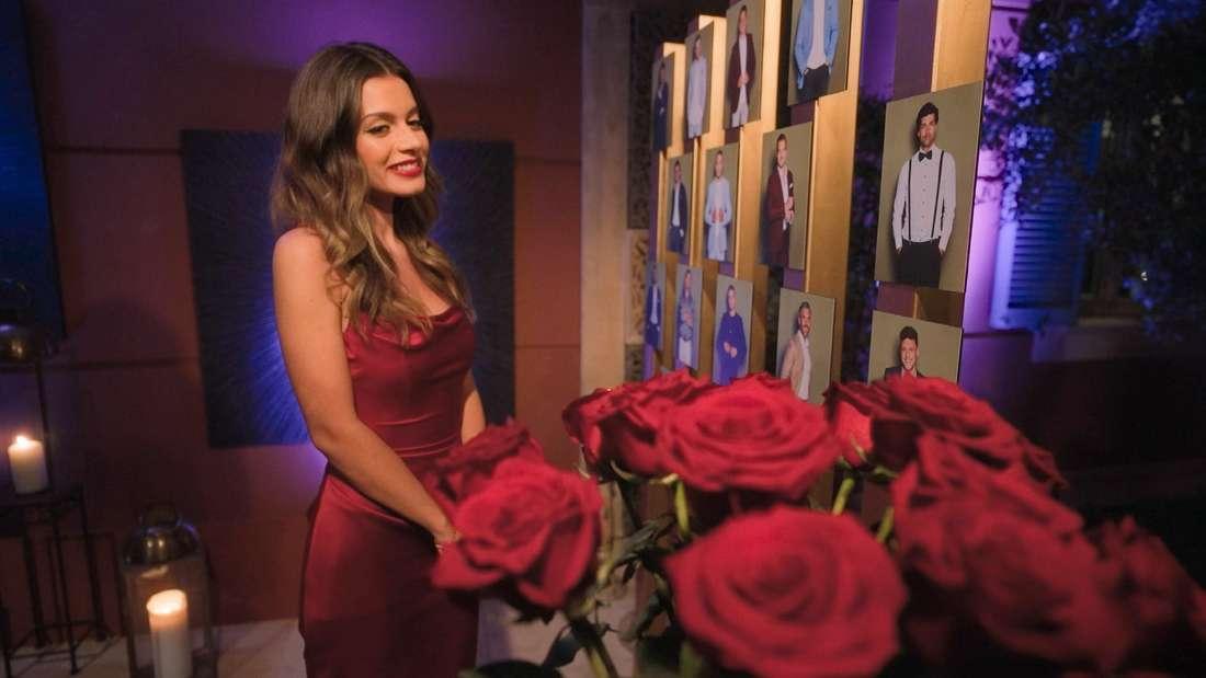 Bachelorette Maxime Herbord schaut auf einen Strauß roter Rosen