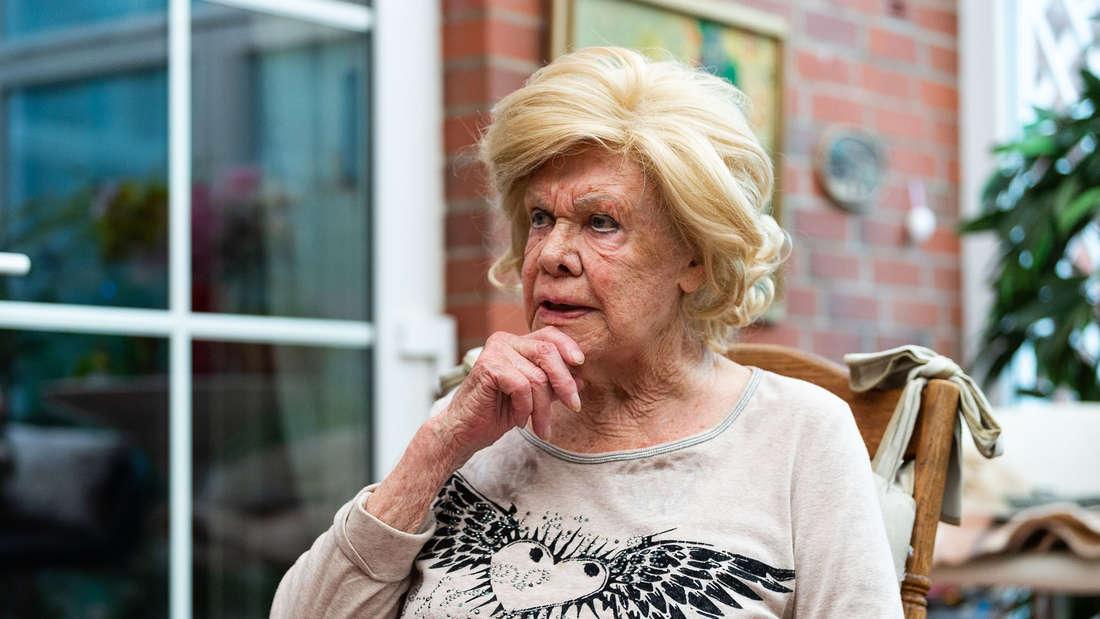 Ingrid van Bergen schaut nachdenklich